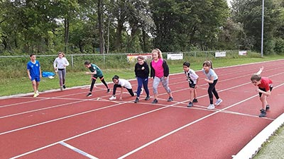 OBS De Octopus - Leerlingen aan het sporten atlethiekbaan